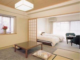 緑あふれる日本庭園を中庭に有し、1階から6階までのフロアにお部屋を配置している当ホーム。ご夫婦などお二人様のご入居でもゆとりある生活を実現していただける広々とした間取りと広さを確保いたしました。各お部屋には和室と洋間があり、ミニキッチンやバスルーム、トイレなども完備。庭園や六甲山、須磨の海など居室ごとに窓からは心落ち着く景色をご堪能いただけます。