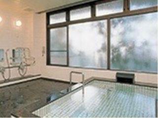 大浴場 1階にはのびのびとご入浴をお楽しみいただける大浴場が。車椅子のままお入りいただける浴室もございます。
