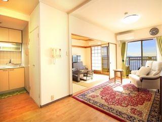 ご夫婦で暮らせる広さの普通型居室や、プライバシーをしっかり守れる空間で区切られた介護居室などご入居者様のライフスタイルや必要なケアに合わせて複数タイプあるお部屋は、いずれも安心のバリアフリー設計です。おしゃれな6階建ての建物内には温泉気分が楽しめる大浴場やレストラン、吹き抜けのロビーに庭園などがあり、1日をのんびりとお過ごしいただけます。また、館内には職員が常駐していますので24時間安心。