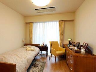 プライバシーと個性を尊重した個室です。備え付けのベッドや家具、暮らしやすさと心地よさにこだわりました。各居室の玄関には、お住まいになる方の思い出の品を飾っていただけるメモリーボックスも設置しています。