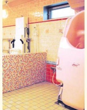 """浴室 ご自身で入浴できる方は""""自分だけのリラックスタイム""""をお楽しみいただけます。 もちろん、介護度の高い方でも安心して入浴していただける設備を整えています。脱衣室も清潔でのびやかです。"""