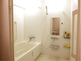 浴室付きのお部屋もご用意していますので、いつでもお好きな時間にご入浴いただくことができます
