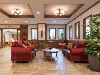 施設内にはくつろぐことのできるスペースがあります。赤いソファとテーブルはどこか上品な雰囲気のあるデザインです。