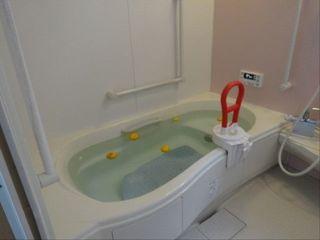 清潔感あふれる浴室。ご自分の力でご入浴していただけるよう、入浴設備を整えております。