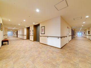 広々とした通路の床は、段差のないバリアフリー設計となっています。車椅子をご利用の方でもスムーズに通行していただけます。