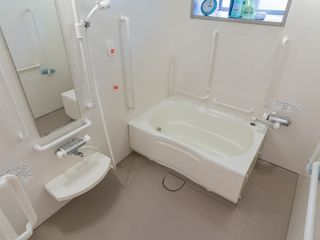 ご入居者様のお体の状態に合わせてご入浴いただけるよう一般浴室や機械入浴室がございます。