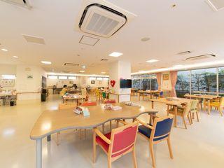 明るく広々とした空間で月2回行われる「選択食」は、入居者様のお好みのメニューをお楽しみ頂けます。