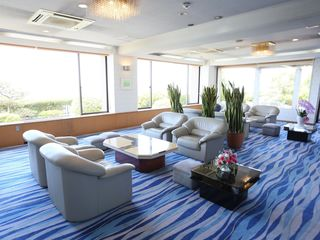 ホール 入居者様や来訪者様の応接まで利用できる広々としたホールです。ゆったりとくつろげるソファーはリゾート感覚でお過ごしいただけます。