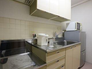 キッチン 多くの収納スペースがあり、食器棚やキッチン用品などを収納する場所を別途ご用意していただく必要はございません。
