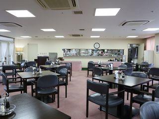 食堂 食堂では、栄養バランスを考えたメニューを来訪者様と一緒にお食事していただける広々とした空間となっています。
