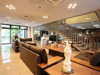 エントランス 広々としたエントランスホールには、入居者様と来問者様がゆっくりと時間を過ごせるようソファーや雑誌、テレビなどもご用意しています。