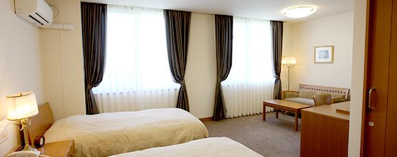 ご家族がお越しいただいた際には、このファミリールームにお泊まりいただけます。上質なホテル仕様の居室で、ゆったりお過ごしください。お孫様もご一緒に、我が家で暮らす心地良さを実感していただけるはずです。(有料/予約制)