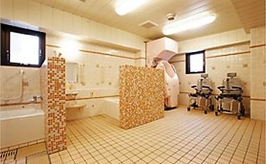"""ご自身で入浴できる方は""""自分だけのリラックスタイム""""をお楽しみいただけます。 もちろん、介護度の高い方でも安心して入浴していただける設備を整えています。脱衣室も清潔でのびやかです。"""