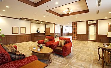 エントランスホール 上質な調度品とゆったりとした空間。ゲストの皆さまをお迎えする場所として、心が豊かになる空間づくりを心がけています。