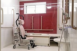 バリアフリー設計の浴室で、スタッフのサポートと共にゆったりとご入浴して頂けます。