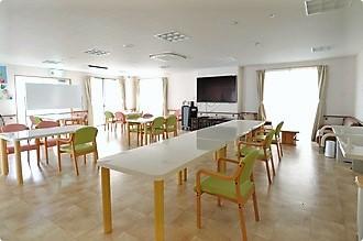 清潔感のある明るい食堂で、皆様の楽しいお食事のひとときをお楽しみ下さい。
