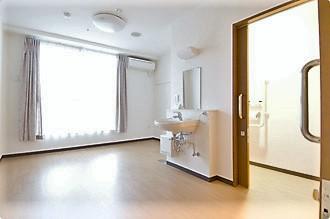 プライバシーを重視した居室では便利で安心、快適な生活を送って頂けるバリアフリー設計で、スタッフ一同みなさまの生活をサポート致します。