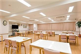 広い食堂とホールでは皆様とお食事の他、リクリエーションなども行います。季節折々のイベントで入居者の方によりお楽しみ頂ける生活作りを行なっております。