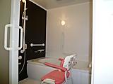 浴室。一日の疲れを癒やしてくれる快適な場所とするため、清掃の徹底やプライバシーの保護に努めております。