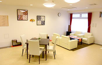 ご家族様やほかのご入居者様同士で交流できる団らんスペースです。清潔感のあるソファが印象的です。