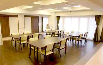 食堂には採光性の高い大きな窓を設置しています。気持ち良い時間を過ごせる大切な場所です。