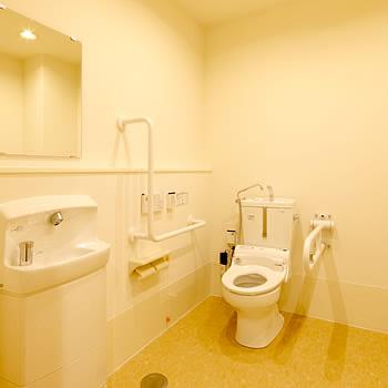 トイレには手すりや洗面台を設置し、介助のために広いスペースを確保しました。