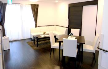 1階ホールには応接・スペースを用意しております。心地よくリラックスしていただけ、仲の良い方々と楽しくお話しして頂く空間としてご利用いただけます。