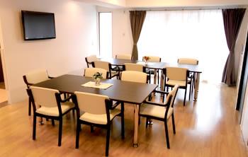 各階には広々とした食堂を完備しております。お食事や季節毎のレクリエーションなど楽しい時間を過ごしていただけます。