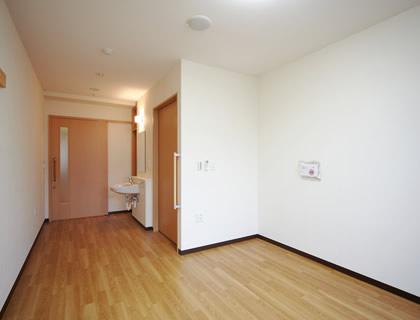 居室。洗面台と呼び出しブザーが完備されています。自室として居心地よく安全にお過ごしいただけます。