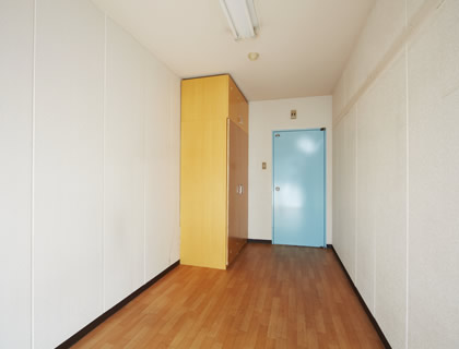 大きなクローゼットのある個室。家具を持ち込んでいただいても充分な広さがあります。