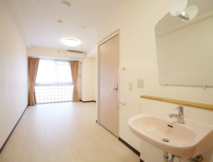 ナースコール・お手洗い・洗面台・エアコン・カーテンを完備した居室。お好きな家具も持ち込み可能です。