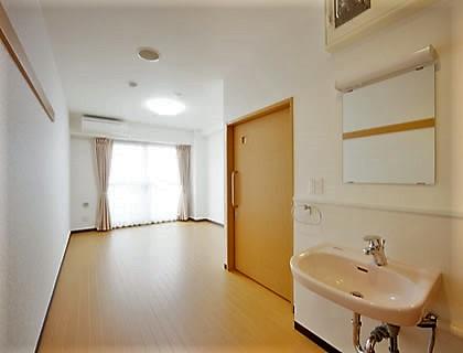 居室には、洗面台と呼び出しブザーが完備されています。自室として居心地よく安全にお過ごしいただけます。