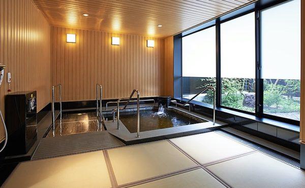 毎日のお風呂が天然温泉。当社グループ「湯元「花乃井」スーパーホテル大阪天然温泉」より天然温泉を取り寄せています。温浴によるリラクゼーション効果に加えて、温泉に溶け込む成分からは疲労回復や美肌など、様々な効果が期待できます。