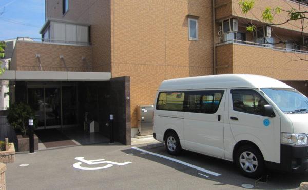 外観 建物前には駐車スペースがございます。