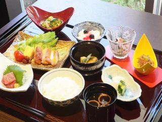 お食事 館内にある厨房で、毎日3食手づくりしているお食事は、高齢者の方の健康に配慮した栄養バランスの整った献立です。