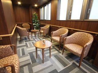 ご入居者様同士がのんびりと語らうことのできるデイルームには、落ち着きあるデザインのソファを設置。