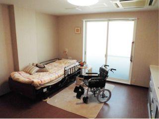 居室 約10畳のフリースペースが余裕を感じさせてくれます。たんすやいすなどを置いていただけるスペースです。