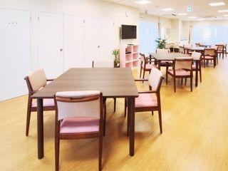 リビングダイニングにご用意した座席はテーブル、チェアともすべて同じデザインのものです。豪華で統一感のある空間となっております。
