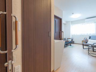 広々としたバリアフリーの室内で、介護ベッドが備わっています。大きな窓があるので、自然な光が差し込んでとても明るいです。