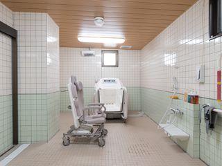 車椅子介護浴槽が浴室内にはあります。体が不自由な入居者でも、安全に座ったままで、入浴することが出来ます。