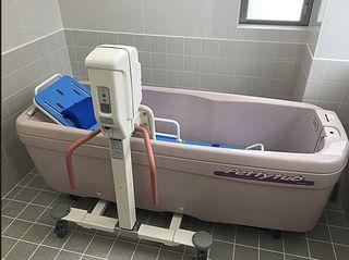 リフト付きの介護浴槽をご用意しております。寝たきりの方も清潔な毎日を過ごせます。