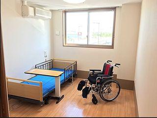 ご愛用品を持ち込める完全個室のお部屋をご用意。ご家族様も自室でおくつろぎいただけます。