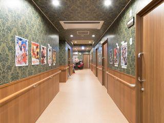 通路 共有の通路の壁には、昔の映画などの懐かしのポスターを貼っており、昭和の雰囲気が漂っています。