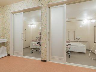 浴室は2部屋ありますので、待ち時間も少なくご利用いただけます。どちらの浴室も、車椅子をご利用の方もお使いいただけます。