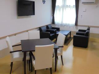談話室 テーブルとイスがありますので、ご入居者様同士団らんの場としてお使いいただけます。
