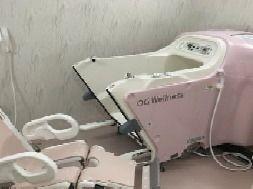 座ったまま暖かなお湯につかることができる優れものの介護浴槽。車いすの方もご負担がありません。