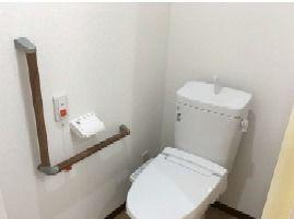 丈夫な手すりとナースコール付きのトイレの様子。立ち上がりや移動の際に負担がかかりません。
