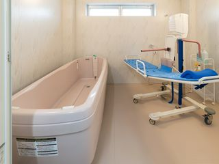 リフト付きの介護浴槽をご用意いたしました。寝たきりの方も清潔な毎日を過ごせます。