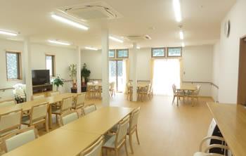 明るい雰囲気の食堂。車いすや歩行器をご利用の方の動線に配慮して、家具を配置しております。