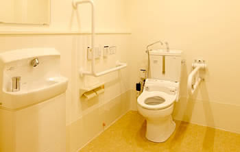 共用部にも手すり・緊急通報システムを完備しております。車椅子の方もご利用していただけます。  介護浴室